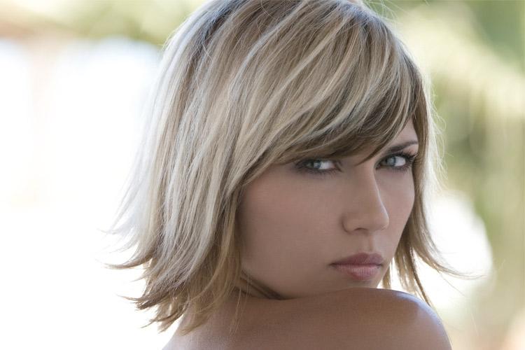 mulher-loira-cabelo-curto-mechas